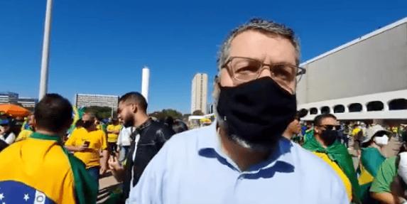 Ernesto Araújo participa de ato pró-Bolsonaro em Brasília