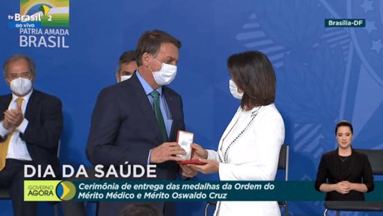 Bolsonaro tenta justificar medalha a Michelle