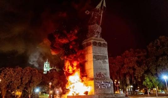 Estátua de Pedro Álvares Cabral é incendiada no Rio