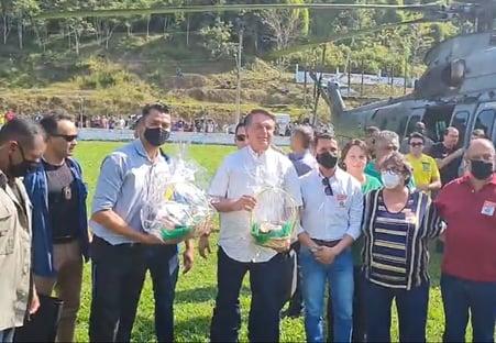 Sem máscara, Bolsonaro provoca aglomeração no interior de SP
