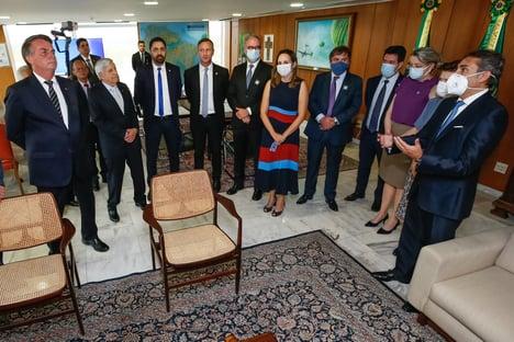 Bolsonaro, sem máscara, recebe executivos da Pfizer