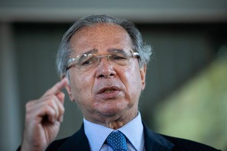 Dólar deveria estar caindo, mas barulho político não deixa, diz Guedes