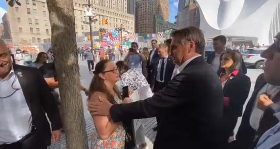 Claque de Bolsonaro aparece para apoiá-lo em Nova York