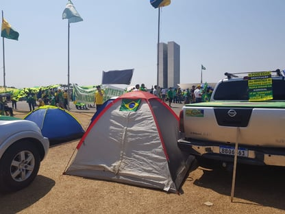 Caminhões bloqueiam Esplanada e tentam forçar acesso ao STF