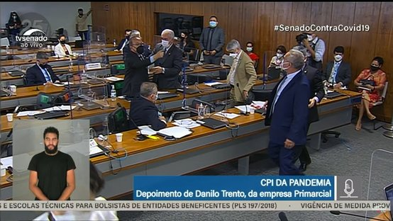 Renan Calheiros e Jorginho Mello trocam xingamentos e precisam ser contidos; assista
