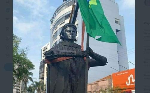Manifestantes erguem estátua de Bolsonaro de 6 metros em Passo Fundo