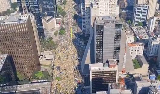Comboio com Bolsonaro se dirige à Avenida Paulista