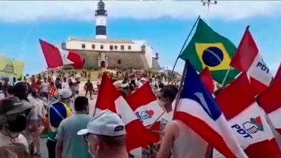 Em Salvador, manifestantes se reúnem em frente ao Farol da Barra