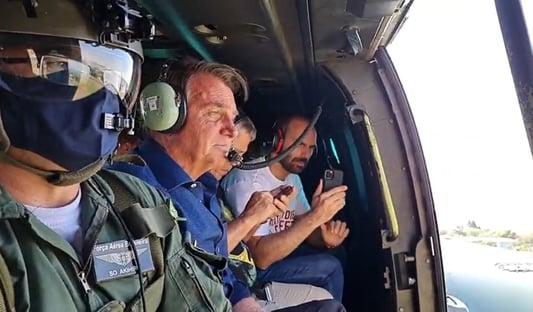 Bolsonaro sobrevoa Brasília de helicóptero