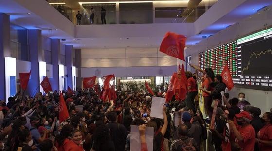 MTST, de Boulos, invade Bolsa de Valores em protesto contra desemprego e inflação