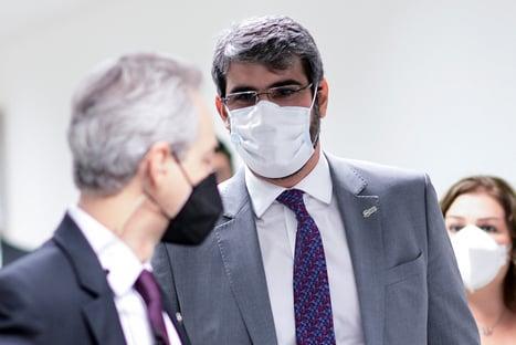 Rebello diz que não cabe à ANS interferir na autonomia médica; senadores reagem