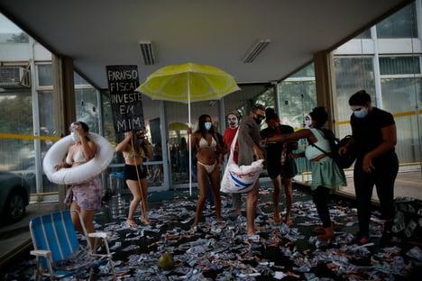 MST faz protesto contra Guedes em frente ao Ministério da Economia