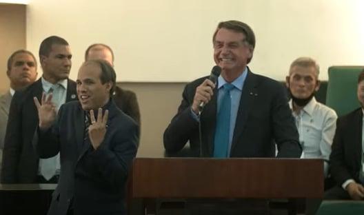 Em igreja, Bolsonaro faz piadas de cunho sexual