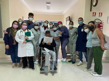 Covid: após 191 dias internado, idoso recebe alta devendo R$ 2,6 milhões a hospital