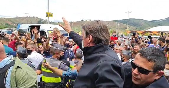 """Bolsonaro é homenageado em Aparecida: """"genocida"""", """"lixo"""", """"assassino"""""""
