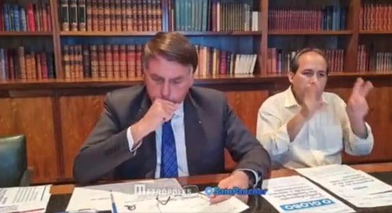 """""""Estou com uma gripe aí, está complicado"""", diz Bolsonaro, sem máscara"""