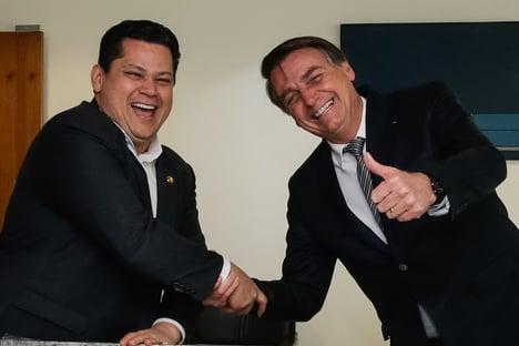 Ao lado de Bolsonaro, Alcolumbre acompanha assinatura de MP que dá aumento para policiais do Amapá