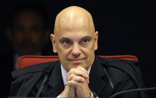 Moraes pede ao TSE lista de candidatos que contrataram disparos de mensagens