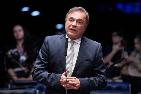 """Álvaro Dias defende investigação única sobre a pandemia: """"Não é hora de farra de CPIs"""""""