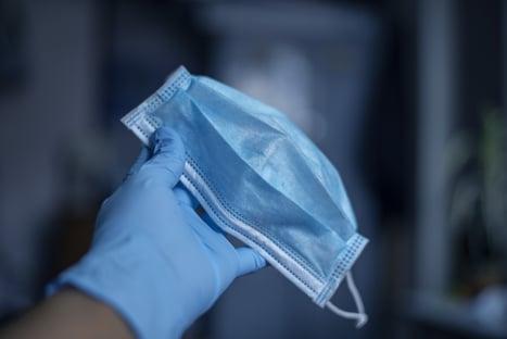 Americanos com vacinação completa poderão dispensar máscara ao ar livre
