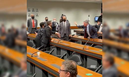 Sem máscaras, petista e bolsonarista trocam insultos na Câmara