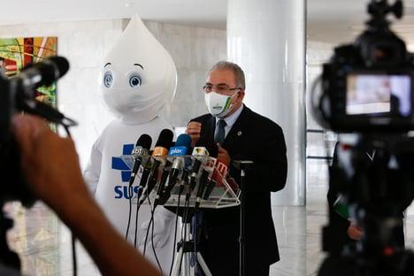Queiroga pede pátria de máscaras e prevê vacinar 1 milhão por dia em abril