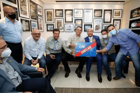"""Ao lado de ministros, Bolsonaro posa para foto com placa """"CPF cancelado"""""""