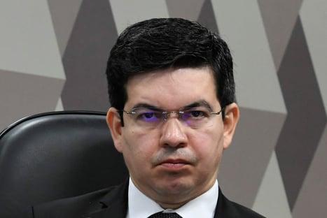 Lideranças do governo devem respeitar o presidente do Senado, diz Randolfe