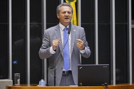 Médicos repudiam declaração de deputado que associou estado de Covas a uso de máscaras
