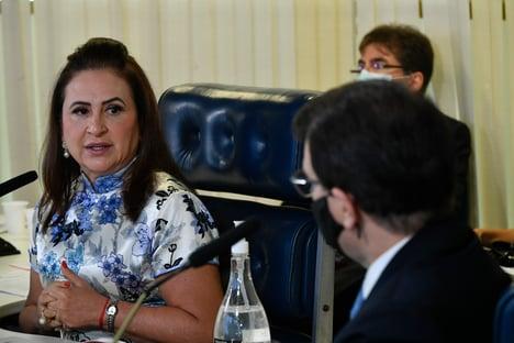 """Kátia Abreu questiona França sobre guerra de Bolsonaro: """"Foram só palavras ao vento?"""""""