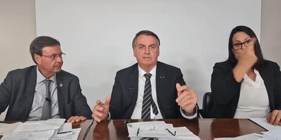 Bolsonaro satiriza Barroso por projeto de voto digital no celular
