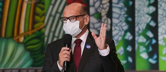 """Coronavac está sob ataque """"ignorante"""" e """"irresponsável"""", diz Dimas Covas"""
