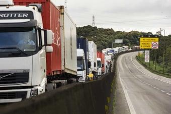 IMAGEM: Bolsa cai 4% e dólar sobe 2,22% com 'bolsa caminhoneiro' de Bolsonaro