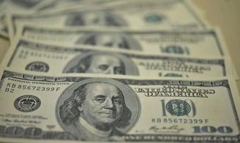 IMAGEM: Dólar chega a R$ 4,98