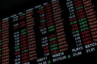 IMAGEM: Bolsa cai e dólar sobe com promessa de auxílio de R$ 400 fora do teto