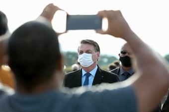 IMAGEM: Longe de repórteres, Bolsonaro conversa com apoiadores