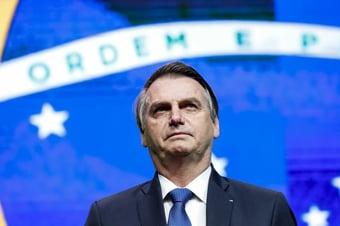 IMAGEM: Bolsonaro se irrita, de novo, com pergunta sobre os cheques de Queiroz para Michelle