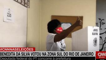 IMAGEM: Benedita da Silva vota no Leme