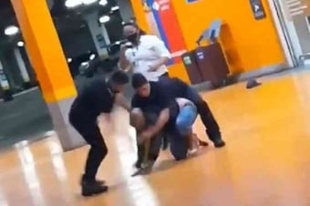 """IMAGEM: """"Achei que ele estivesse encenando"""", diz segurança que espancou João Alberto"""