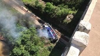 IMAGEM: Testemunha diz que motorista pulou do ônibus antes da queda