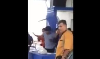 IMAGEM: Evo Morales leva cadeirada na cabeça em reunião de seu partido