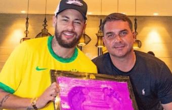 IMAGEM: Neymar bloqueia comentários após foto com Flávio Bolsonaro
