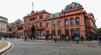 IMAGEM: Argentina dispensa uso de máscaras ao ar livre e reabre fronteiras para brasileiros