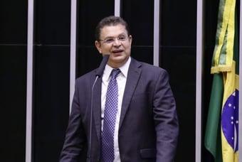 IMAGEM: Deputado que pediu revisão do ECA ao festejar medalha de Rayssa diz ter sido mal interpretado