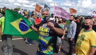 IMAGEM: Major Olimpio participou de protesto contra lockdown em Bauru; usava máscara