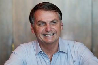 IMAGEM: Diante do Alvorada, Bolsonaro ignora recorde de mortes por Covid