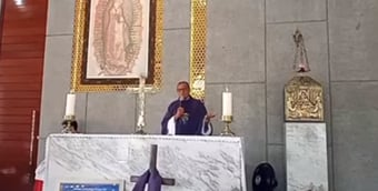 """IMAGEM: """"É irresponsável e, podemos dizer, um genocida"""", diz padre na missa, sobre Bolsonaro"""