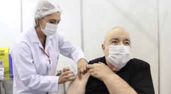 IMAGEM: Prefeito de Curitiba recebe primeira dose da Coronavac