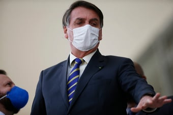 IMAGEM: Bolsonaro faz piada racista sobre cabelo de apoiador: 'ó, o criador de barata aí'
