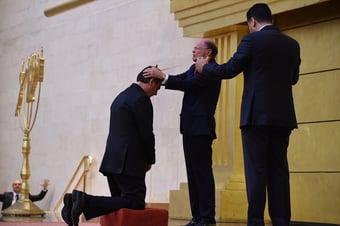 """IMAGEM: """"A genuflexão de Bolsonaro no altar da politicagem"""""""